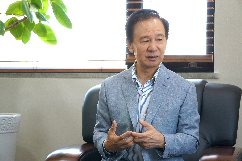 김홍신 작가