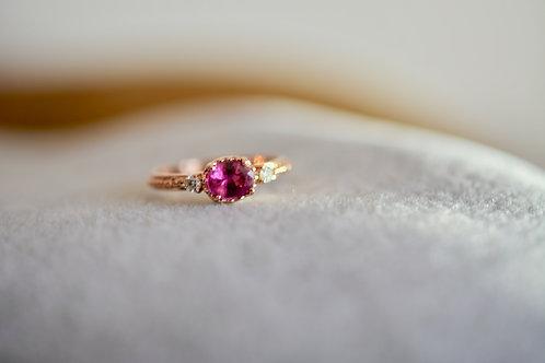 0.64ct ビビットなピンクサファイアとダイアモンドの指輪