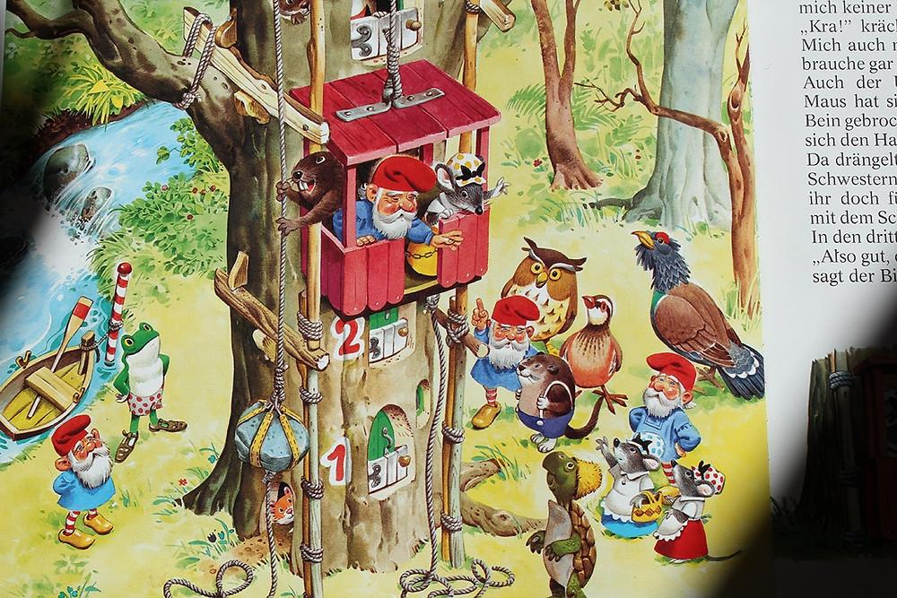 Tiere und Zwerge bauen einen Aufzug für ein Baumhaus