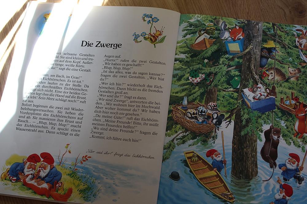 Die Zwerge finden die Tiere auf einem Baum nach der Flut. Bild aus dem Buch von Tieren und Zwergen von Tony Wolf
