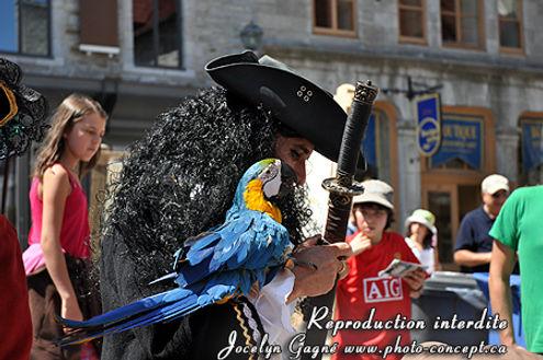 Photo concept aux Fêtes de la Nouvelle-France avec Perroquet Pirate