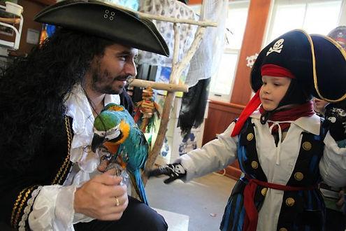 Québec Hebdo à l'Halloween au Domaine Maizerets avec Perroquet Pirate