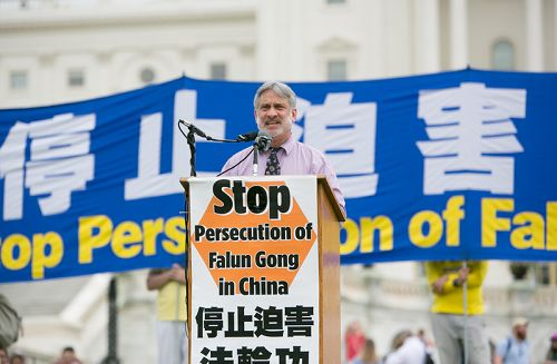 """自由之家(Freedom House)副总裁罗伯特·赫尔曼(Robert Herman)也提到中共强摘器官的罪行。他表示,""""这样的行为违反国际标准和基本的人类文明。中共必须为其行为负责。以推行民主及人权为责任的民主国家政府部门及多边组织如果不发声,就是共谋。他们的沉默和不行动默许中国的行为,将被北京视为缺乏直面一个崛起的全球势力的政治意志。"""" 2018-06-21(明慧网)"""