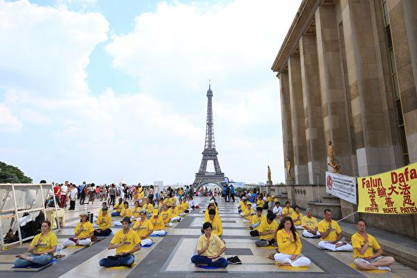 2018年7月22日周日下午2点至7点,部分法国法轮功学员在巴黎艾菲尔铁塔对面的人权广场上集会,纪念法轮功反迫害19周年。(章乐/大纪元)