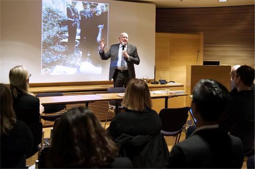 """【看中国2018年11月19日讯】11月13日,芬兰首都赫尔辛基议会厅与芬兰议会人权网络合作举办揭露中国当局活摘法轮功学员器官的研讨会。该活动获得多家芬兰主流媒体的关注,并用大篇幅报道此次研讨会。人权调查记者及作家伊森・葛特曼(Ethan Gutmann)在研讨会上表示,各种证据指出中共""""活摘""""的规模大,是有系统性地按需杀人。"""