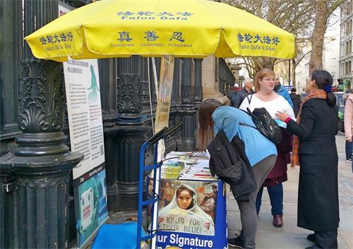 二零一九年二月十三日,法轮功学员在大英博物馆(British Museum)大门前展示功法、讲真相、征签反迫害,民众驻足了解真相。(明慧网)