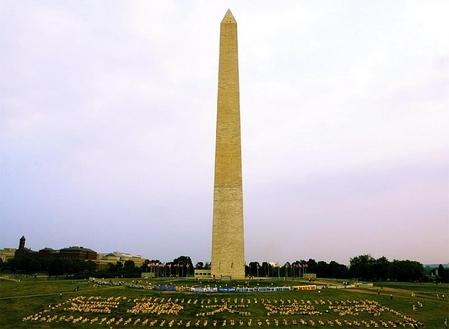 """2002年7月美国华盛顿DC学员排出""""法轮大法好""""。"""
