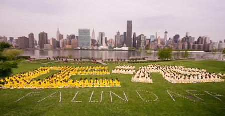 """2014年5月14日,纽约法轮功学员在联合国总部对岸河边的甘纯公园排出""""正法 Falun Dafa"""",场面庄严祥和。"""