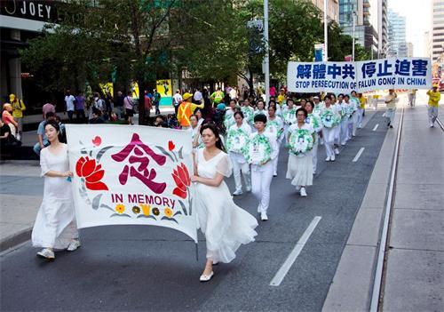 """二零一八年七月二十日,多伦多法轮功学员在市中心举行""""七二零""""十九周年反迫害大游行。(明慧网)"""