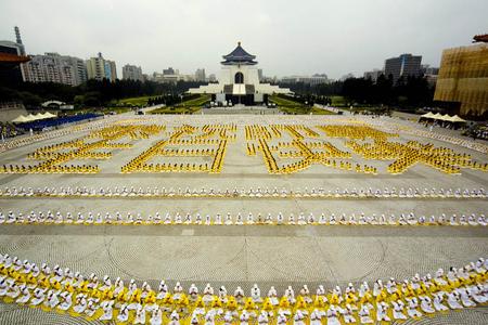 2007年5月13日,台湾台北,五千名法轮功学员排字庆贺法轮大法弘传十五年。