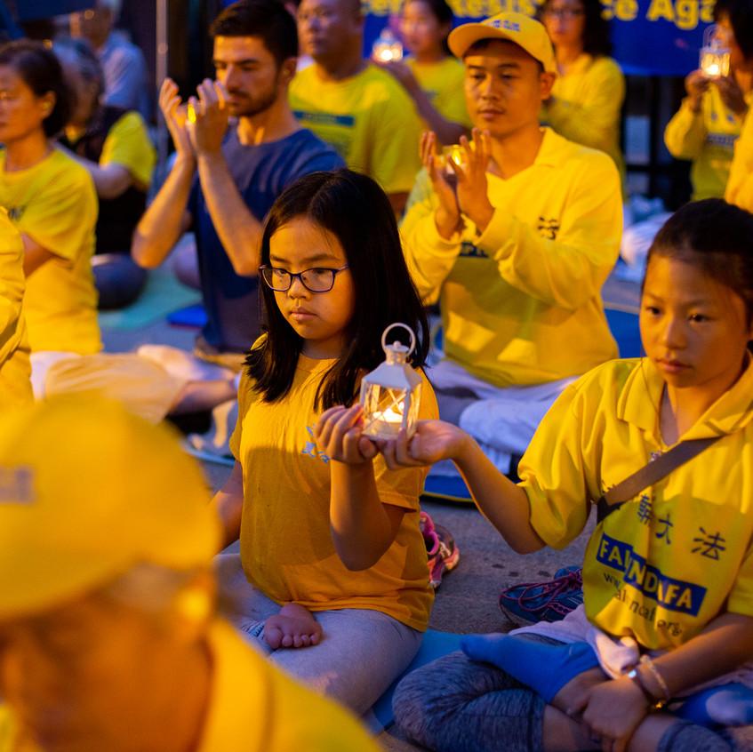 2018年7月21日晚,美中地区的部分法轮功学员在芝加哥中领馆前举行烛光夜悼。(陈虎/大纪元)