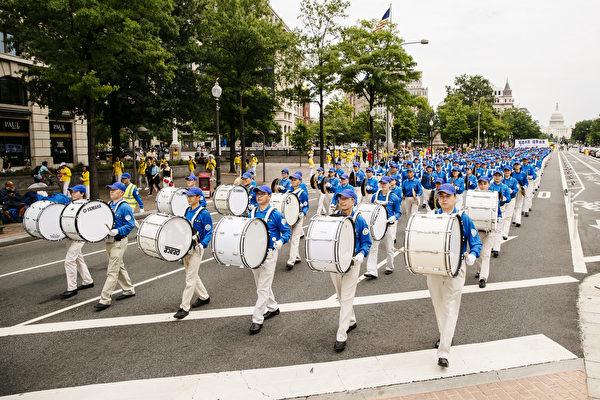 2018年6月20日,全球部分法轮功学员聚集在美国首府华盛顿DC,举行反迫害集会游行。图为声势浩大的天国乐团队伍。(爱德华/大纪元)