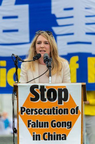 """共产主义受害者纪念基金会(Victims of Communism Memorial Foundation)政府关系部主任克里斯蒂娜·欧尼(Kristina Olney)表示,中共对自己的人民发动战争,并向其它国家输出暴政。她说:""""这场迫害的规模虽然惊人,但是我们西方人几乎对此一无所知,这是因为中国(中共)正在竭力出口极权主义,并遏制压制其对本国人民罪行的真相。"""" 2018-06-21(明慧网)"""
