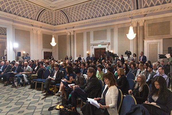6月17日,人民法庭内聚集了大约200名旁听的民众。(冠奇/大纪元)