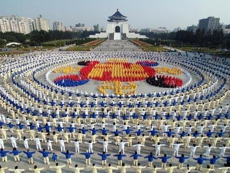 2005年12月25日,4千名法轮功学员排组成法轮图形。亚洲其他国家部分法轮功学员排字