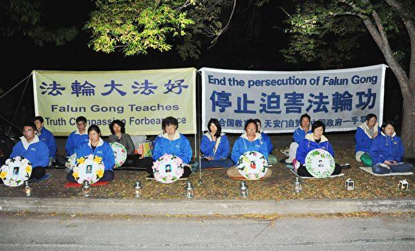 4月25日晚,澳洲堪培拉法轮功学员来到中使馆前举行烛光悼念活动,呼吁停止迫害法轮功。(明慧网)