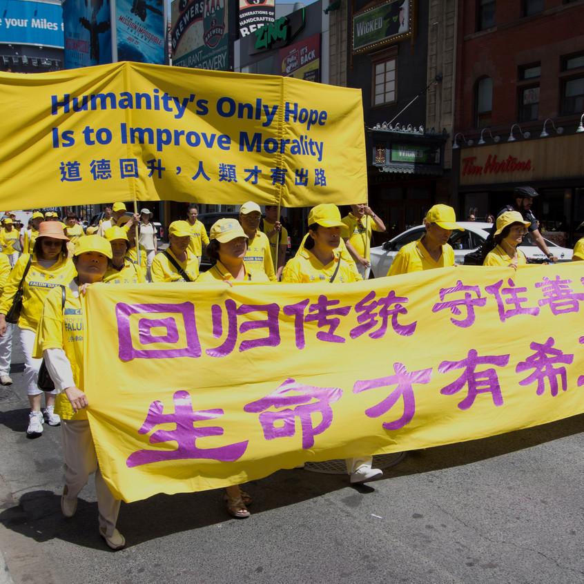"""二零一八年七月二十日,多伦多法轮功学员在市中心举行""""七二零""""十九周年反迫害大游行。(孙泰利/大纪元)"""
