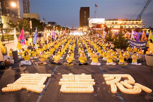 2018年7月16日,法轮功学员在曼哈顿十二大道的纽约中领馆前举行烛光夜悼活动。(明慧网)