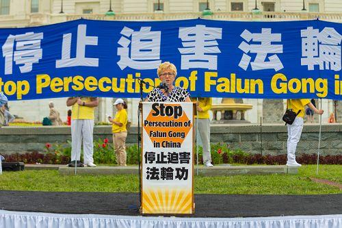 """美国国际宗教自由委员会副主席盖尔·曼钦(Gayle Manchin)说,自美国国际宗教自由委员会2000年成立以来,一直都在其报告中提到中共对法轮功的迫害。""""当中共当局骚扰法轮功学员,当他们关押、酷刑折磨、性侵害、做人体试验、和强摘器官,他们的残忍的行为不只是违背国际人权标准和更广泛的行为标准,他们在侵蚀人性的最根本。让我们记住,宗教或信仰自由不是政府给予的权利,而是所有人普适的权利。"""" 2018-06-21(明慧网)"""