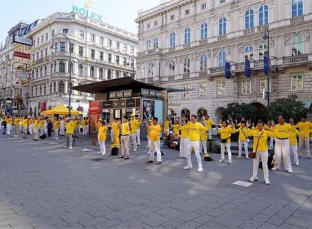 法轮功学员音乐之都游行 民众支持