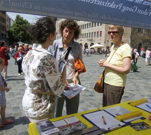【明慧网二零一九年六月十九日】(明慧记者德祥德国纽伦堡报道)二零一九年六月十五日,法轮功学员在纽伦堡(Nürnberg)市中心圣·劳伦斯教堂(St. Lorenz)前举办活动,揭露中共对法轮功的迫害。过往的市民和游客被法轮功学员展示的横幅和功法吸引,不少人跟学员进行长时间交谈,并签名声援反迫害,也有人打听炼功地点,想要学功。