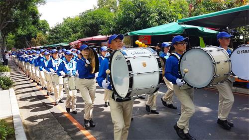 台湾中区法轮功学员景点弘传大法美好。