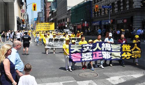 """二零一八年七月二十日,多伦多法轮功学员在市中心举行""""七二零""""十九周年反迫害大游行。"""