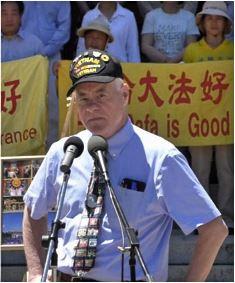 加州众议员兰迪·沃佩尔(Randy Voepel)前来声援法轮功学员的集会,并发言。(明慧网)