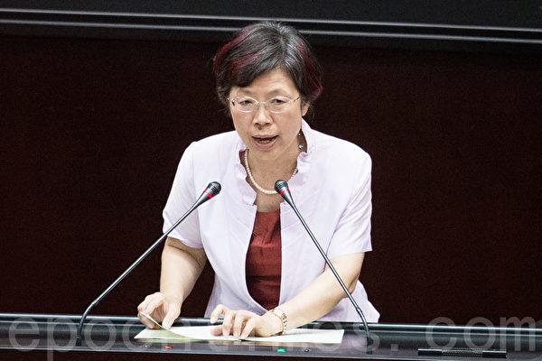 中华民国立法院院会2015年6月12日三读通过《人体器官移植条例》修正案,民进党立委尤美女在法案三读后发表感言。(陈柏州/大纪元)