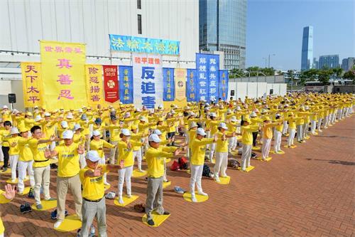 香港法轮功学员七月二十二日周日在中环爱丁堡广场举行法轮功反迫害十九周年集会。(明慧网)