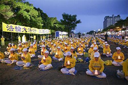 2018年7月14日,来自台湾南部六县市逾千名法轮功学员,在台南人潮密集的平实公园周边举行烛光悼念会。(明慧网)