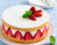 Sponge cake with strawberries and vanill