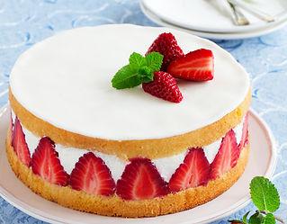 Sponge cake with strawberries and vanill
