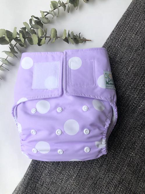 Pañal lila con bolitas blancas + inserto absorbente