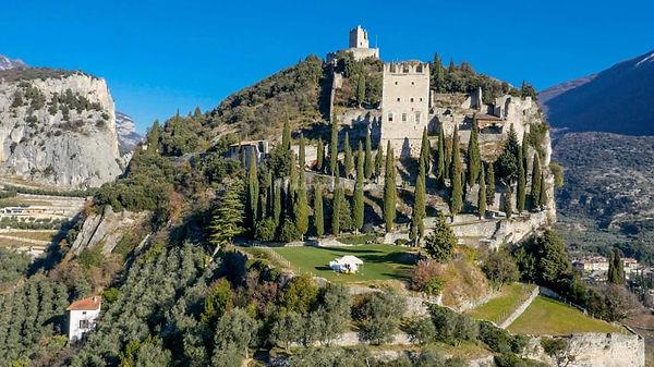 castello-vista-aerea-con-prato-della-liz
