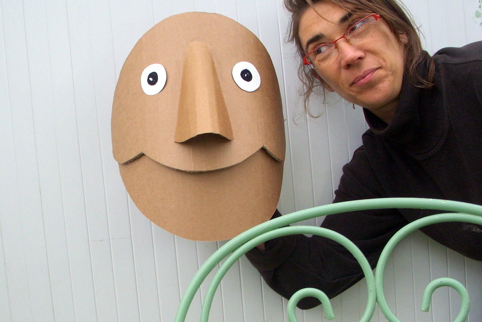 Sarah et masque Croc Bazard.jpg