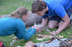 Feuermachen Pamela und Hannes