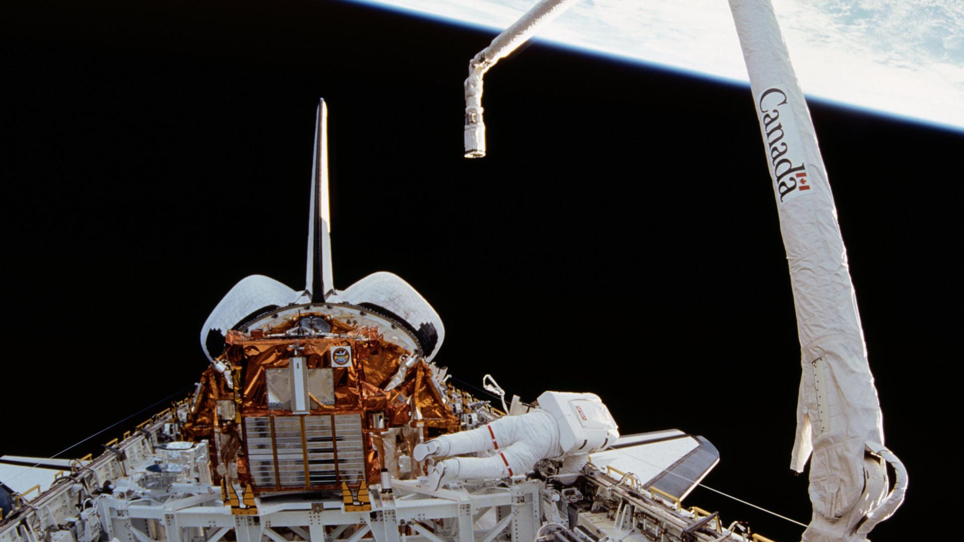 Canadarm_1_-_STS-72.jpg