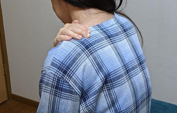 相模原市緑区の整体・武村整体・肩こり肩の痛みをうったえる女性の写真