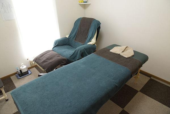 相模原市緑区・武村整体・院内風景・足つぼの椅子・施術ベッドの写真
