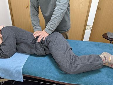 相模原市緑区の整体・足つぼ・骨盤矯正・腰痛・肩こり・武村整体では色々な整体術を施します。腰の施術風景