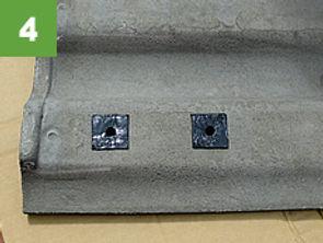 瓦の裏側にブチルゴムを貼り、防水処理をします。