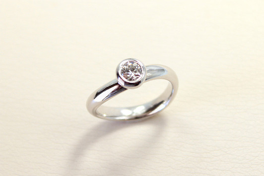 エンゲージリング Pt / Dia (0.3ct〜) 285,000yen〜(tax included)