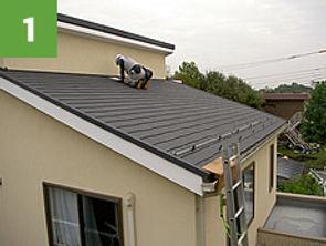 太陽光パネルが設計図面通り、屋根に配置されるように屋根に墨だしをします。