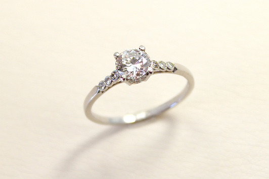 エンゲージリング Pt / Dia (0.3ct〜) 395,000yen〜(tax included)