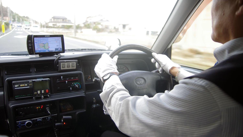運転中のタクシードライバー