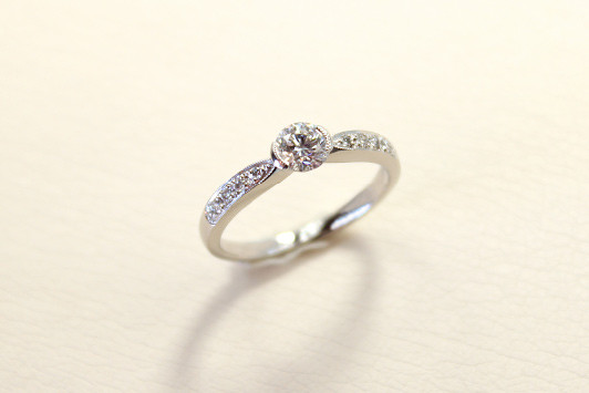 エンゲージリング Pt / Dia (0.3ct〜) 353,000yen〜(tax included)