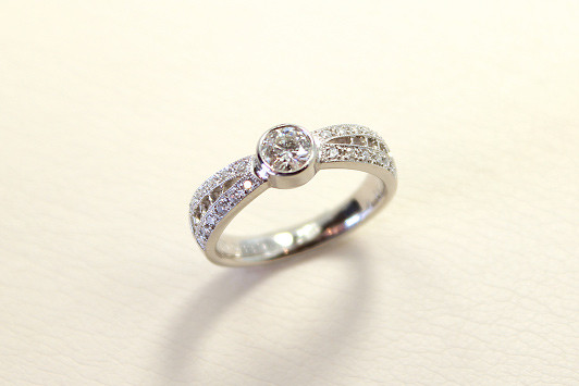 エンゲージリング Pt 900 / Dia (0.3ct〜) 368,000yen〜(tax included)