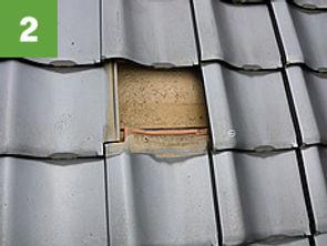 墨だしにより太陽光パネルを支える位置が決まります。そこの瓦をはがします。
