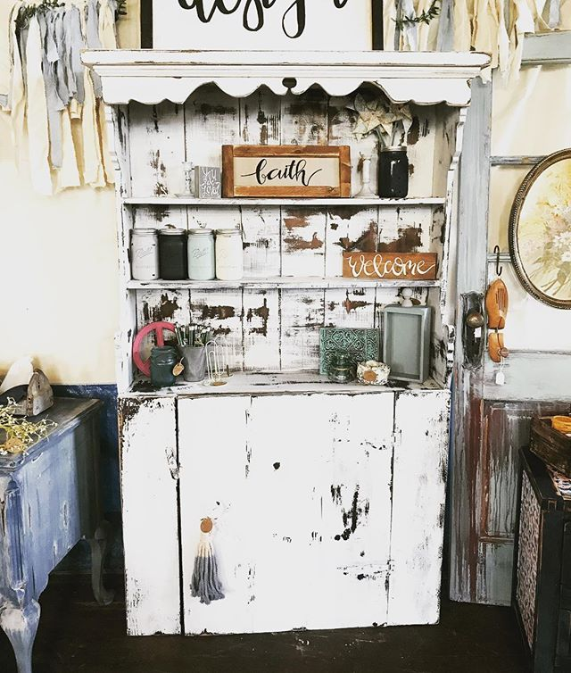 I'm soo in love with this cottage hutch!